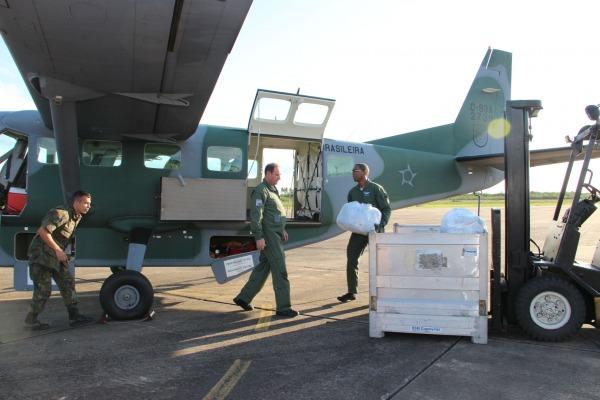 Uma aeronave do Esquadrão Pégaso ajudou no transporte de roupas doadas por uma empresa
