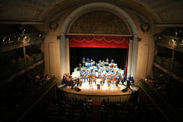 Entre os convidados estavam 17 crianças que visitaram um teatro e assistiram a uma orquestra pela 1ª vez