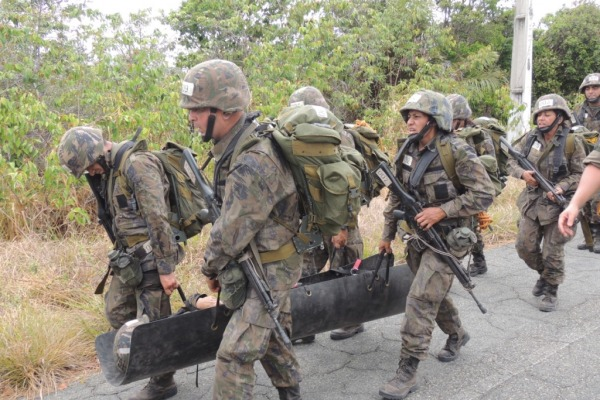 Ao final do exercício, os militares receberam as insígnias do uniforme operacional