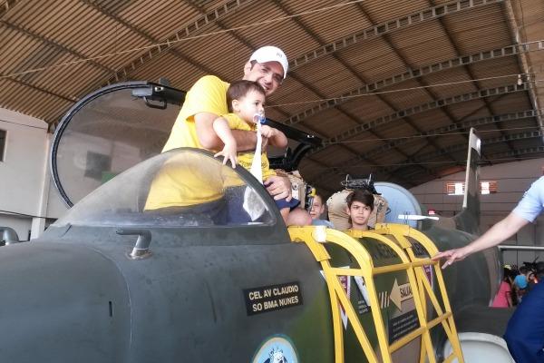 Arnaldo Lemos na cabine do Xavante com seu filho