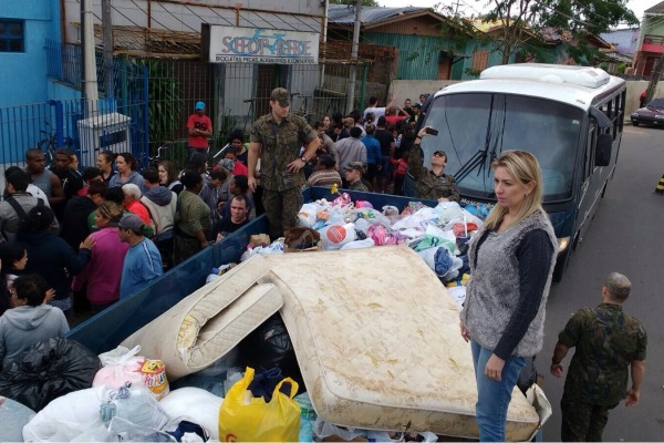 Foram doadas lonas para cobrir as residências, roupa de cama, colchões, alimentos, calçados e materiais de higiene e limpeza