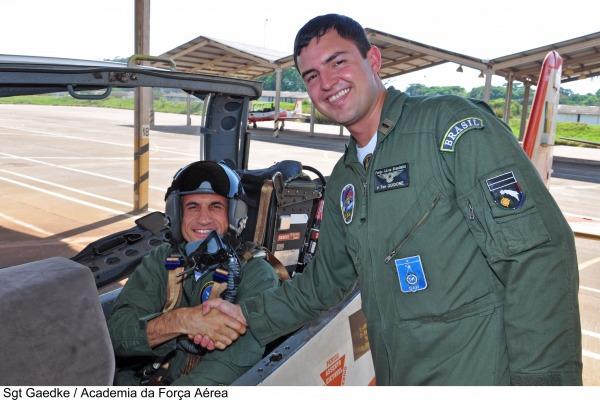 A comitiva conheceu as instruções científica e aérea dos futuros pilotos brasileiros