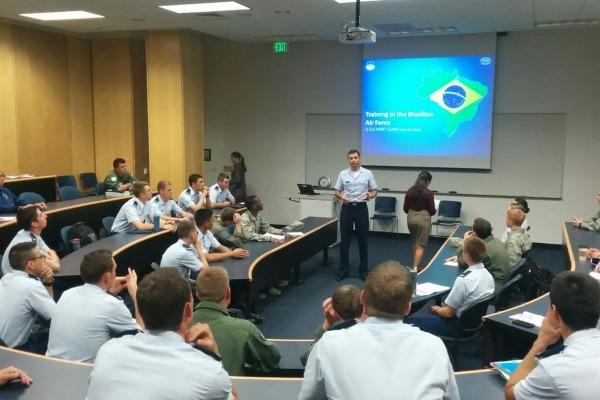 Tenente-Coronel Saint-Clair trabalha em dois departamentos na Academia da Força Aérea Americana