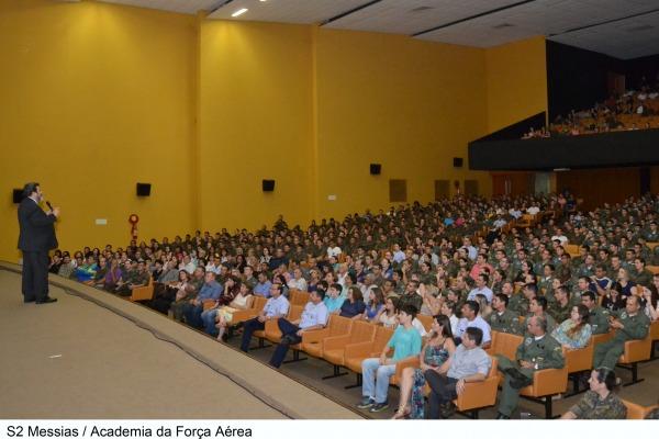 Professor Mário Sérgio Cortella refletiu com cadetes o tema dignidade