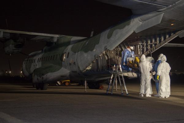 Brasileiro desembarcou na Base Aérea do Galeão e será transportado para a Fiocruz