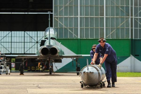 Mecânicos preparam F-5 para voo  Cb André Feitosa / Agência Força Aérea