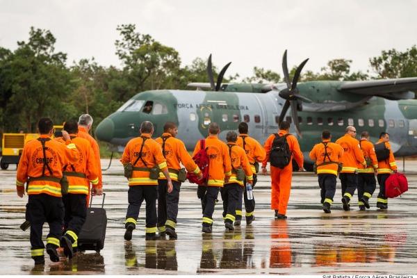 Profissionais vão reforçar equipes terrestres de combate ao incêndio