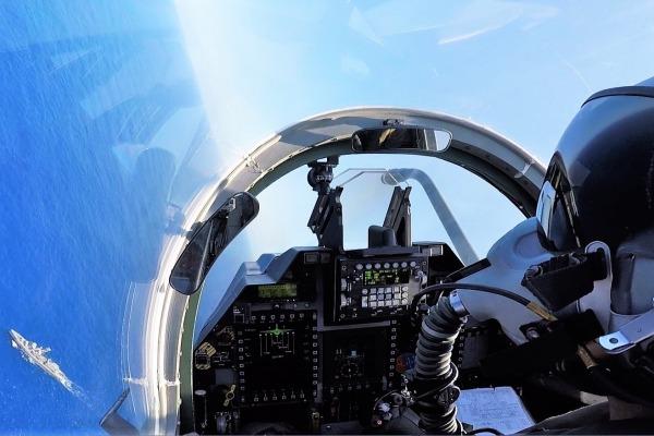 Aeronaves de patrulha marítima P-95 passam informações sobre alvos para caças de ataque A-1
