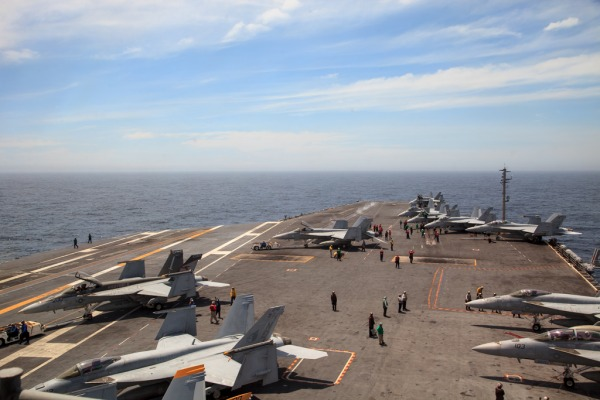 Comitiva realizou um pouso enganchado a bordo do porta-aviões norte-americano USS George Washington