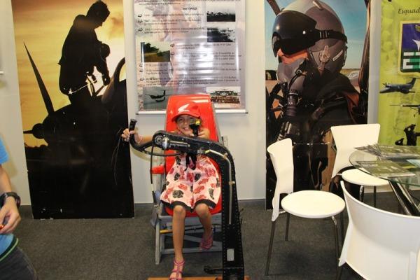 Crianças interagiram com objetos do stand da FAB  Sargento Carleilson