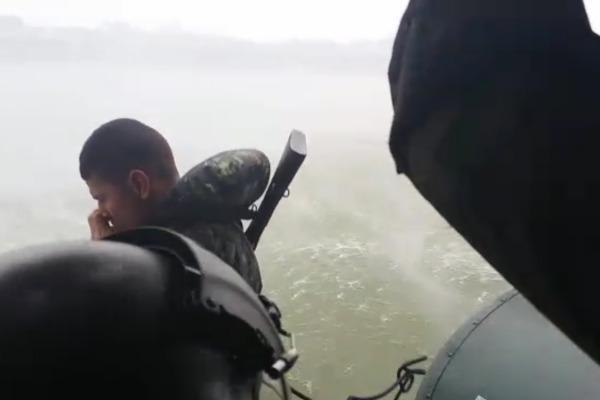Militar do EB saltando de helicóptero da FAB  EB