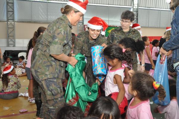 Além das doações, os militares levaram alegria em uma tarde de brincadeiras na instituição assistencial
