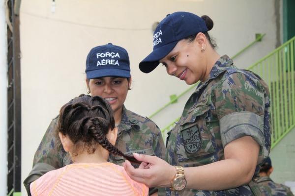 O destaque da campanha foi a entrega dos presentes pelos militares