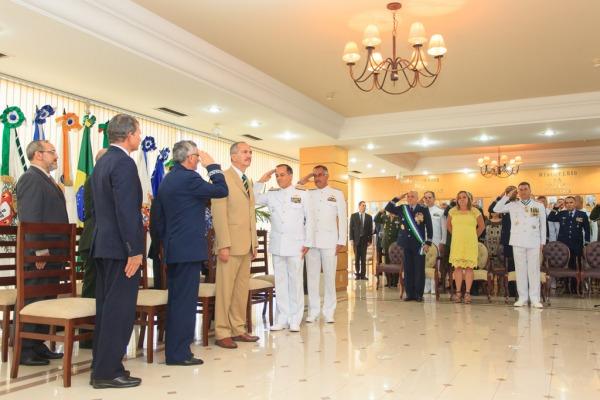 Em continência ao Ministro da Defesa, Aldo Rebelo  Sargento Johson/ CECOMSAER