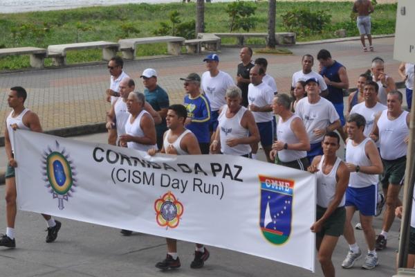 O evento envolveu comunidade civil e militar para incentivar a prática esportiva e a paz mundial