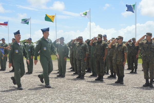 Os comandantes passaram em revisto à tropa  S2 Canário