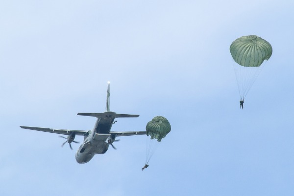 Os militares treinaram lançamento e salto de paraquedistas