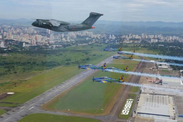 O voo foi realizado em evento de apresentação de nova aeronave da Embraer em SP