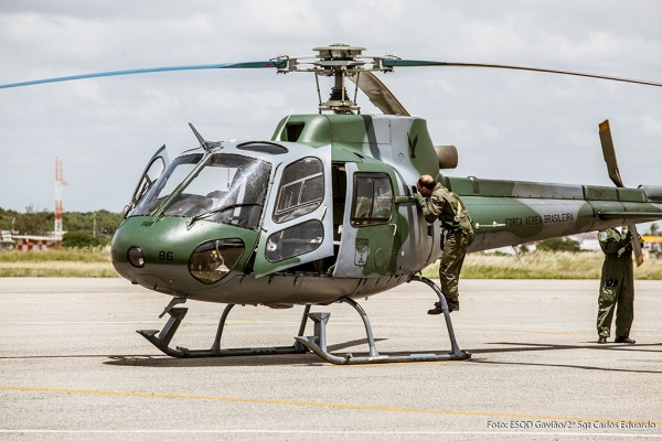 Mecânico Inspecionando aeronave  Sgt Carlos Eduardo