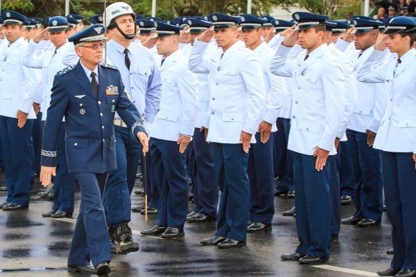 Tenente-Brigadeiro do Ar Nivaldo Luiz Rossato homenageia homens e mulheres que contribuem para defender a soberania do céu brasileiro