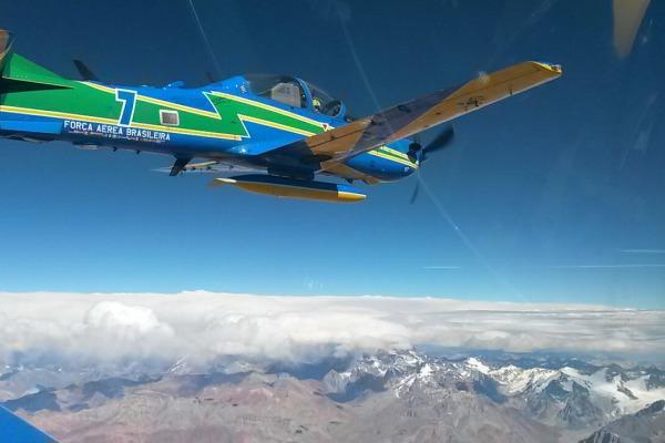 Durante circuito internacional, Esquadrilha da Fumaça realiza demonstração aérea em Santiago, no Chile, e em Córdoba, Argentina.