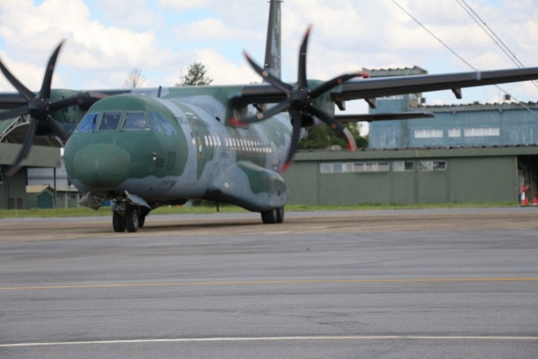 Esquadrões que operam a aeronave C-105 Amazonas realizam voos táticos