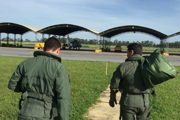Tripulação prossegue para a aeronave  1° Ten Kersul