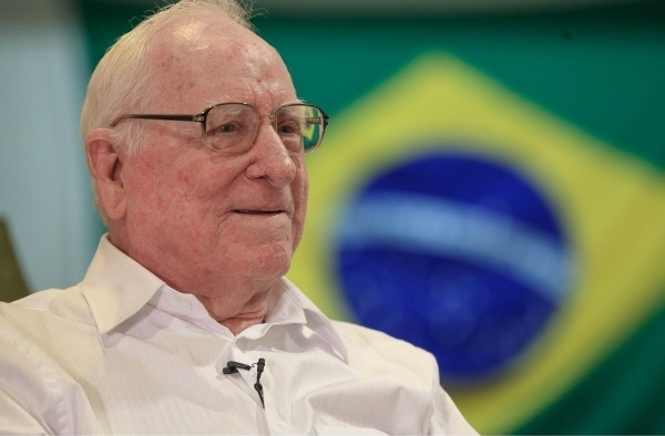 John Buyers, oficial dos Estados Unidos, voou com pilotos brasileiros do 1° Grupo de Aviação de Caça