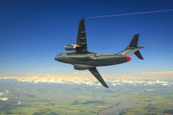 Veja imagens inéditas do futuro jato de transporte militar no videoclipe da maior aeronave produzida no Brasil