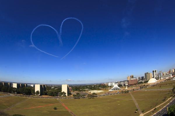 Além da participação da Esquadrilha da Fumaça, caças da FAB interceptaram o avião que trouxe o símbolo olímpico