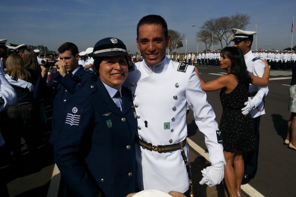 Enfermeira tornou-se observadora de busca e salvamento e inspirou filho a seguir carreira de oficial da Aeronáutica