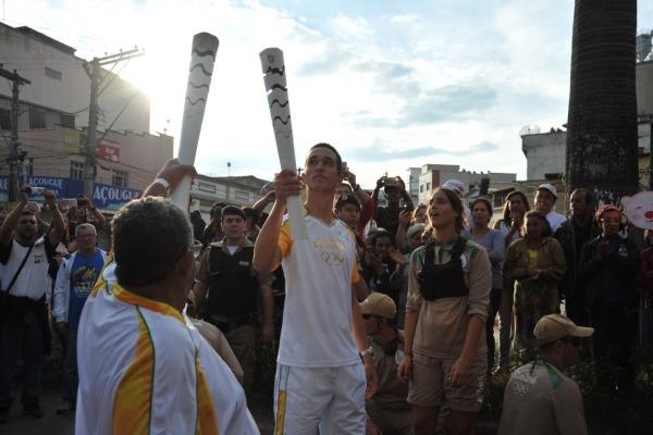 Atleta recebe a chama olímpica  S2 Adriano