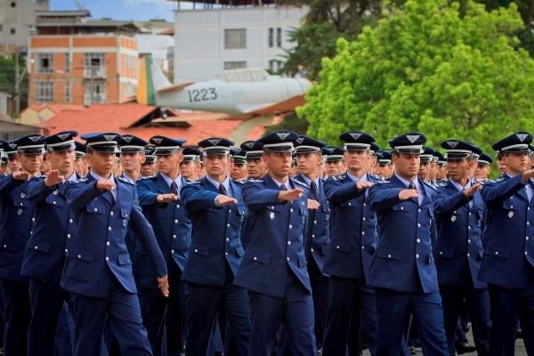 Escola de ensino médio prepara alunos para Academia da Força Aérea e oferece 180 vagas