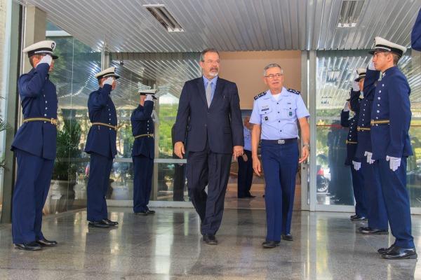 Visita aconteceu no prédio do Comando da Aeronáutica, em Brasília, com a presença de oficiais-generais do Alto-Comando