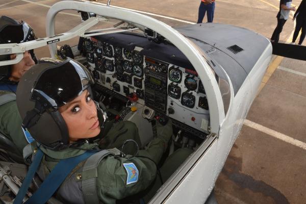 Sabrina a bordo da aeronave T-25 Universal   3S Gaedke