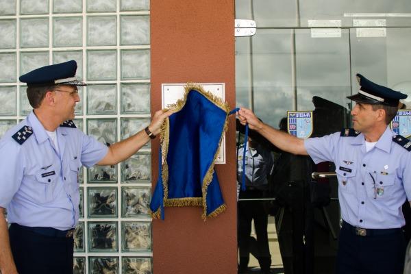 TB Aquino e Cap Drumond descerram a placa de inaug  Cb Jones