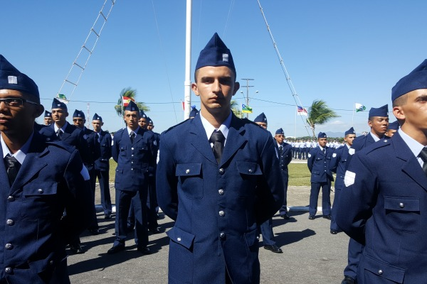 Familiares dos 26 militares acompanharam a cerimônia de compromisso à Bandeira Nacional