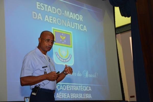 Tenente-Brigadeiro Botelho faz palestra  Suboficial Alvarez / UNIFA