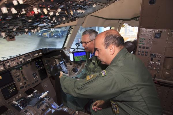 Tenente-Brigadeiro Rossato e Tenente-Coronel Luiz conhecem a cabine