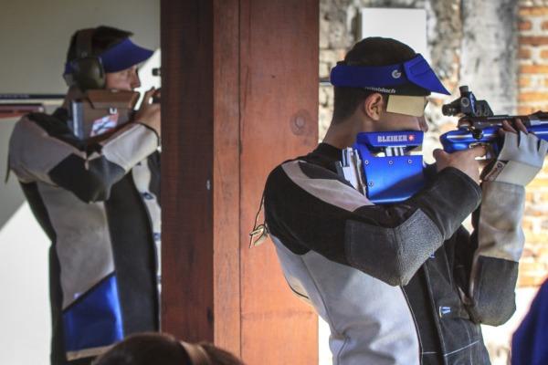 Atletas na linha de tiro na competição do fuzil