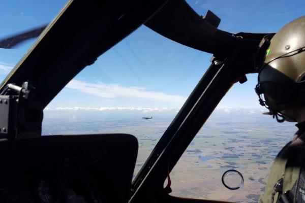 H-60L Black Hawk em procedimento de interceptação de C-98 Caravan