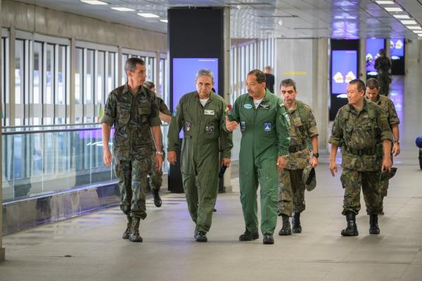 Comandante do COMGAR inspeciona o trabalho da tropa