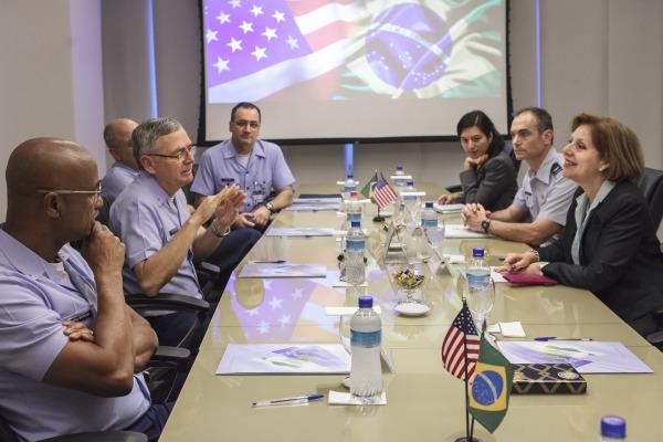 Liliana Ayalde reuniu-se com o Comandante da Aeronáutica na manhã desta sexta-feira (29/07)