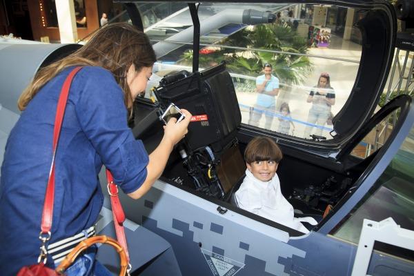 Público teve a oportunidade de entrar no cockpit da aeronave e conhecer algumas das funcionalidades do caça