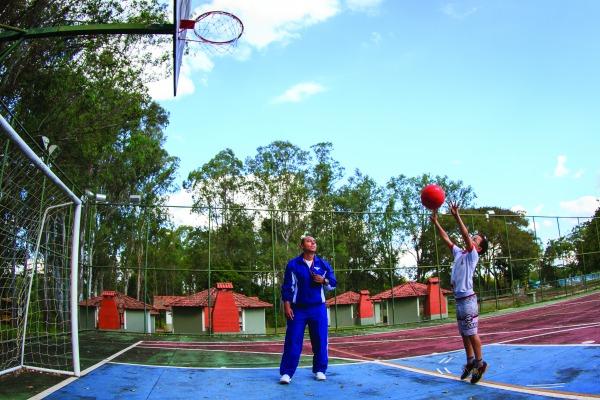 Além do esporte, alunos têm reforço escolar e orientação sobre saúde