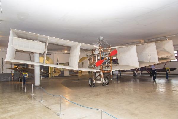 Réplica do avião 14-BIS, construído por Santos Dumont
