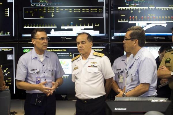 O chefe do Estado-Maior Conjunto das Forças Armadas (EMCFA) conheceu as atividades da  Sala Master de Comando e Controle no RJ