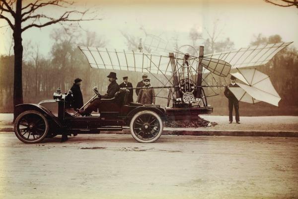 Neste ano, em que são celebrados os 110 anos do primeiro voo do 14-Bis, a vida e a obra do Patrono da Aeronáutica estão abertas no Museu do Amanhã (RJ)