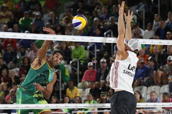A dupla brasileira enfrenta a Rússia neste sábado (13/08)