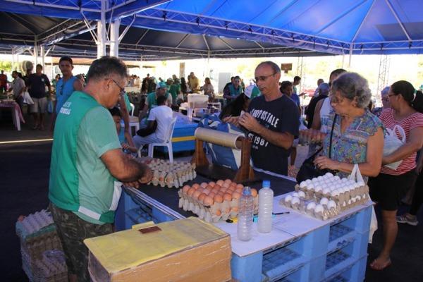 A cada 15 dias, cerca de cem produtores realizam feira em área em frente ao clube de suboficiais e sargentos
